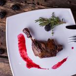 Ресторан Tomle - фотография 3 - Утиная ножка, томлёная в ежевичном пюре