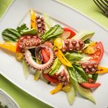 """Ресторан На мельнице - фотография 5 - Весеннее меню. Новинка. """"Салат с марокканскими осьминогами с авокадо, сельдереем и сладким перцем, запеченным на гриле""""."""