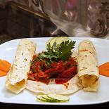 Ресторан Лаор - фотография 4 - Блюдо от шеф-повара: Легенда Кашмира (Бефстроганов со специями и лепешками пападан. Все вегетарианское)