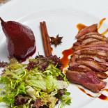Ресторан Mary Jane - фотография 4 - Салат с запеченой утиной грудкой и томленой в красном вине грушей