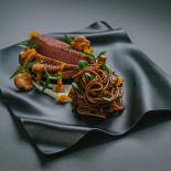 Ресторан Брют - фотография 3 - Филе утки с острой лапшой соба и маринованными грибами