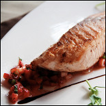 Ресторан Bake'n'Roll - фотография 5 - Стейк из лосося с сальсой из свежей клубники и перца Чили.