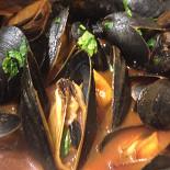 Ресторан Жиробас - фотография 4 - Мидии в соусе сливочно-кокосовый карри