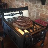 Ресторан Ти-бон Wine - фотография 2 - Мясо в ресторане Ти-Бон подается на мини-жаровнях!!!