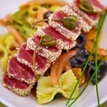 Ресторан Брецель - фотография 6 - Теплый салат с тунцом и фарфалле