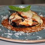 """Ресторан Baraonda cantina - фотография 1 - Баклажаны Пармеджана (запеченные баклажаны,соус томатный,сыр """"Грано Падано"""",сыр Моцарелла,яйцо куриное,базилик."""