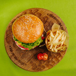 Ресторан На мельнице - фотография 3 - Детское меню. Бургер с картофелем фри.