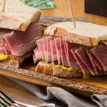 Ресторан Дикман'с Deli - фотография 4 - Сэндвич с пастрами (говядина)