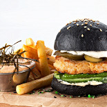 Ресторан Мумий Тролль Music Bar - фотография 6 - Черный бургер «Владивосток»