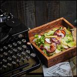 Ресторан Dyxless Bar - фотография 4 - «Джин и Лосось» – это маринованный в рижском бальзаме и голубике лосось с салатом из свежего цуккини и жареного ананаса плюс тини на основе джина с ликером «Шартрез» и «Мараскино», грейпфрутом, лаймом