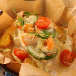 Ресторан The Waiters - фотография 3 - Треска,  запеченная в сливках с авокадо, креветками и сыром