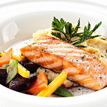 Ресторан Мумий Тролль Music Bar - фотография 2 - Лосось с овощами на картофельно-оливковом креме