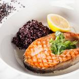 Ресторан Pesto Café - фотография 2 - Стейки лосося с соусом из белого вина, гарнированный черным кокосовым рисом.