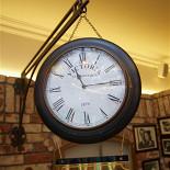 Ресторан Максимилианс - фотография 2 - двухсторонние часы