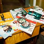 Ресторан Фирма - фотография 5 - В нашем кафе интересная подборка журналов и книг