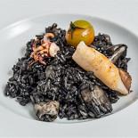 """Ресторан Де Марко - фотография 4 - Ризотто с кальмарами- классическое ризотто, приготовленное с нежными кальмарами """"лолиго"""" с добавлением томатов и чернил каракатицы."""