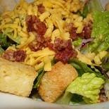 Ресторан T.G.I. Friday's - фотография 2 - Домашний салат Friday's с сыром и беконом