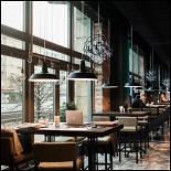 Ресторан Montis' Friends - фотография 3 - MONTIS'friinds bar. Высокие барные столы около панорамных окон.
