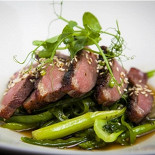 Ресторан Wicked - фотография 6 - Утиная грудка в азиатском стиле на зеленых овощах.