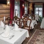 """Ресторан Татарская усадьба - фотография 4 - зал """"Изба"""" в старинном деревенском стиле на 50 персон, с видом на озеро Кабан."""