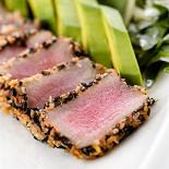 Ресторан Кабинет - фотография 3 - Филе тунца в панировке из кунжута с рукколой и авокадо