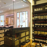 Ресторан Cinq sens - фотография 6 - Комната с раритетными образцами