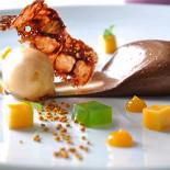 Ресторан Cipollino - фотография 3 - Шоколад «Кремосо», базилик и свежий сорбет из пыльцы и абрикоса