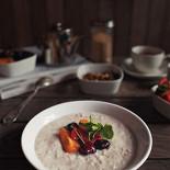 Ресторан Grey's - фотография 1 - Идеальный завтрак: вкусная и полезная овсяная каша с фруктами
