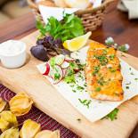 Ресторан Птички и ягоды - фотография 4 - Лосось на гриле с соусом «Тар-тар» с сезонными овощами и зеленью