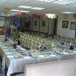 Ресторан Первая осетинская пироговая - фотография 1 - Большой зал кафе перед свадебным банкетом