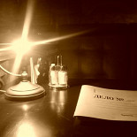 Ресторан 1920 - фотография 2 - Стол. Лампа. Меню.