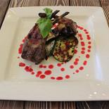 Ресторан Стейкофф-хаус - фотография 2 - Каре ягненка, приготовленное в хоспере на огне. Подается с овощами-гриль.