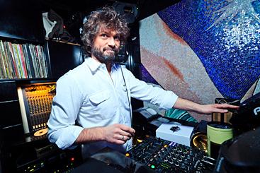 Генеральный продюсер RU FM о музыкальной оппозиции, косности шоу-бизнеса и песнях для Абрамовича