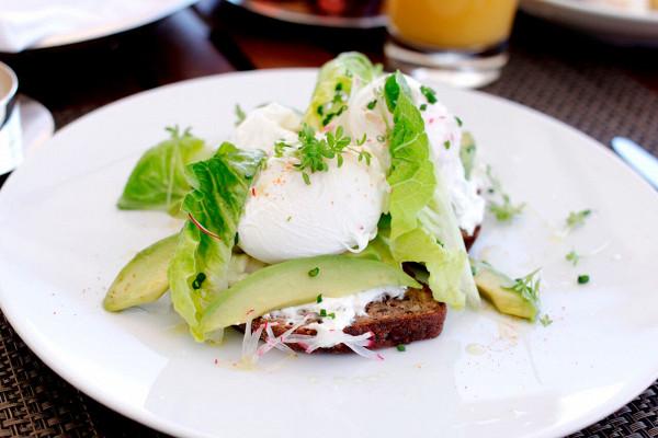 яйцо пашот с мягким сыром и авокадо