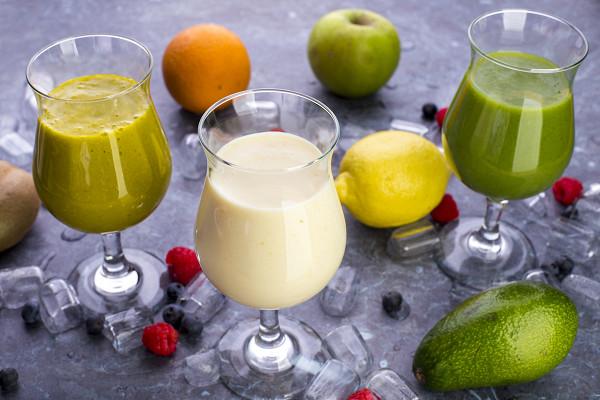 фруктовыми смузи: с киви, яблоком и шпинатом (450 р.), апельсином, манго и базиликом (650 р.), с курагой и соевым молоком (450 р.).