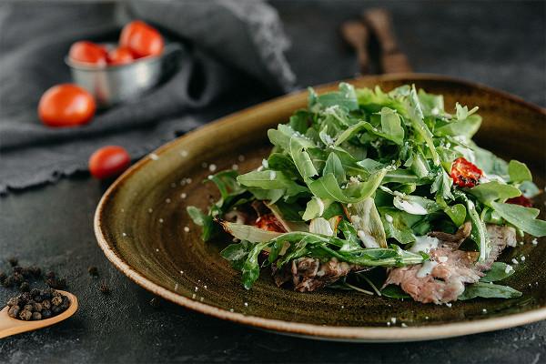 зеленый салат с тальяттой из говядины и соусом из горгонзоллы (959 р.)