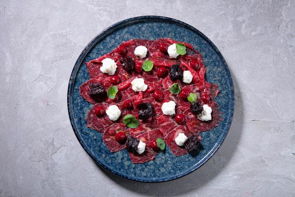 карпаччо из говядины с вяленой свеклой и нежным сырным муссом (1230 р.)