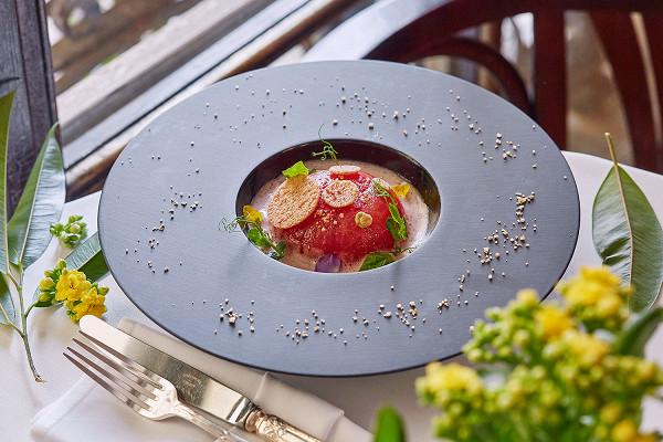 «Brasserie Мост»: тартар из креветок, в помидоре с соусом гуаукамоле и эспумэ из помидоров (1180 р.)