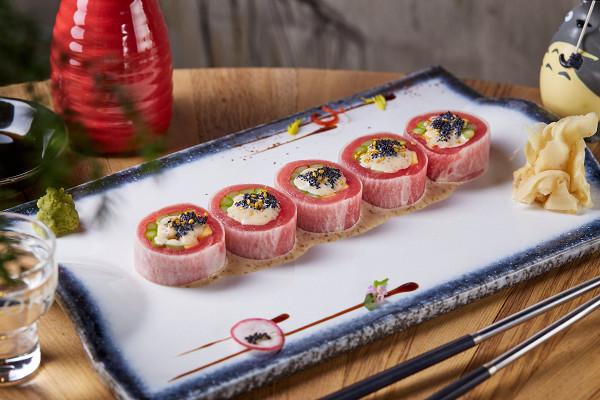 сашими ролл с тунцом елоуфин в дайконе со спаржей, кунжутным соусом и черным тобико (800 р.)