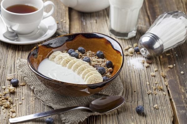 натуральный йогурт с ореховыми мюсли, бананами и свежей голубикой (190 р.)