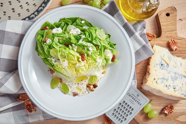 салат латук с сырным соусом монтеблун, виноградом и орехом пекан (650 р.)