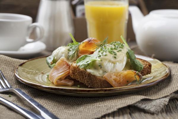 яйцо пашот со слабосоленым лососем и голландским соусом на булочке бриошь (290 р.)