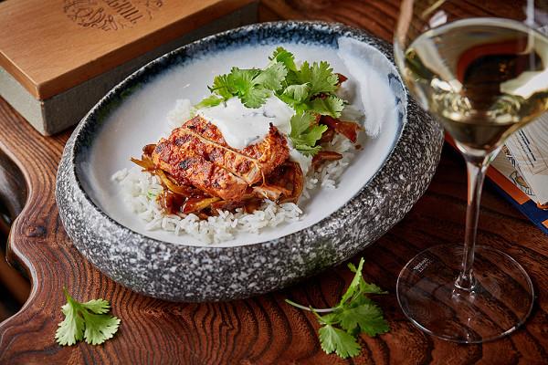 курица тандури с гарниром из вешенок в соусе карри и риса басмати (390 р.)