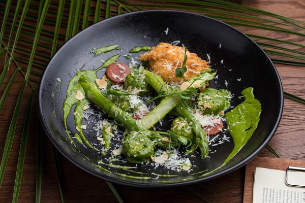 ньокки с сыром таледжио, яйцом пашот и соусом песто (550 р.)