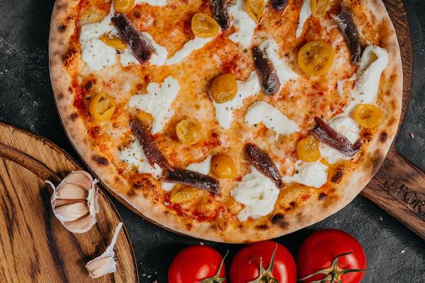 пицца со страчателлой, желтыми томатами и анчоусами (799 р.)