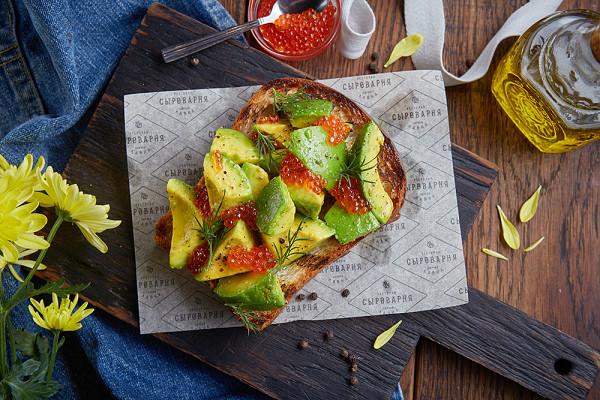 бриошь с авокадо и икрой форели (950 р.)