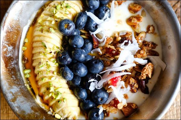 гранола с йогуртом, ягодами, бананом и орехами (450 р.)