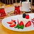 Ресторан Гулиани - фотография 4 - Нежный сметанник со свежей клубникой.