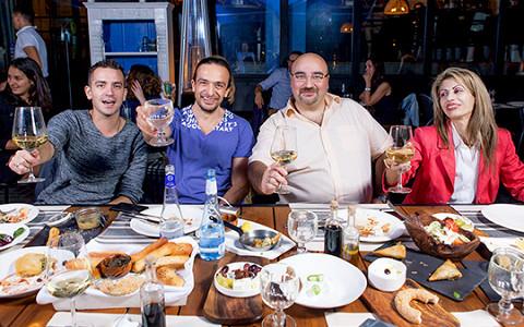 Пенерли, сувлаки и загадочная «вамма»: греки тестируют греческую кухню в Москве