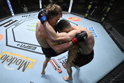 Боец UFCнокаутировал оппонента ударом коленом